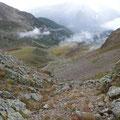 Im Aufstieg zum Gipfel mit Rückblick ins Tal