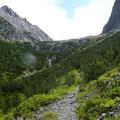 Aufstieg durch Latschenkiefern bis zum Felsriegel hinter dem der See liegt.