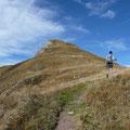 Der letzte Abschnitt zum Gipfel,über einen breiten Grasrücken