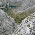 Durch dieses Kamin gehts runter.Blick zum Drachensee mit Hütte.