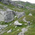 Viele Felsen säumen den Weg bis zum See