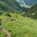Der Aufstieg üner den langen Grasrücken