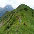 Der nächste Gratkopf am Üntschengrat mit Blick zum Großen Widderstein.