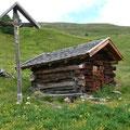 Wegkreuz mit Hütte