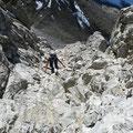 Aufstieg durch eine Rinne mit leichter Kletterei