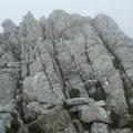 Die letzten Meter zum Hochwart führen durch gesicherten Fels