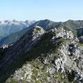 Gipfelbereich mit Weiterweg am Grat entlang