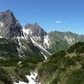 Großer und Kleiner Widderstein sowie Bärenkopf beim Abstieg ins Gemsteltal