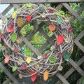 Herbstkranz mit keramikblättern, -blüten  und Perlen
