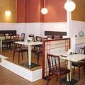 Gemütliche Tischvarianten für 2 bis 8 Personen im vorderen Bereich.