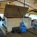 Nach dem Aufstehen werden Zelt, Isomatten, Schlafsäcke und Reisetaschen in der großen Box verstaut, damit sie nicht im Wege stehen.