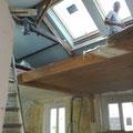 la mezzanine centrale en douglas, sous la verrière, permet de gagner en hauteur sous plafond