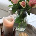 Edelrost Krone mit Rosenstrauß und Kerze arrangiert.