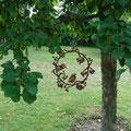Edelrostkranz am Apfelbaum aufgehängt.