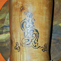 Holzbecher mit Katzenornament