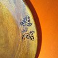 Holzteller mit Efeuornament Nahaufnahme