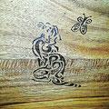 Holzteller mit Katzenornament Nahaufnahme