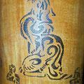 Holzbecher mit Katzenornament Nahaufnahme