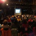 Salle pleine pour la projection du film du voyage.