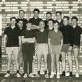 1965 2. Mannschaft bei einem Spiel gegen Pfullendorf. Hinten rechts Andy Höpfner. Vorne: 3. von links Franz Burth, daneben Otto Fichter, 6. von links Hein-Lüder Mayer, daneben Uli Einhoff, Kurt Würth. Die restlichen Personen sind Spieler von Pfullendorf.