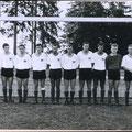 """Südbadischer Pokalsieger 1964. Norbert Reimann, Manfred Büsing, Egon Auer, Siegfried Kratzer, Manfred Hirn, Manfred """"Kolbe"""" Lieb, Dieter Klökler, Rolf Benz, Klaus Böhm, Elmar Kieser (Torwart), Kurt Neuendorf (Mannschaftsführer), Sigi Scholz (Trainer)."""