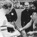 Freundschaftsspiel gegen Bayern München. Volker Klökler und Gerd Müller.