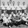 Erste Mannschaft im Spieljahr 1936/37: Von links: Böss (Vorsitzender), Sauter, Uetz Karl, Kohland (Spielausschussvors.), Keller, Schneider, Waldraff, Brückner (Trainer). Sitzend: Uezt Konrad, Wirth, Langenbacher, Berger, Engelmann, Wern, Strobel.