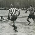 1957: Ein pfützenübersäter Waldheimplatz als Spielstätte für ein Spitzenspiel der 1. Amateurliga Südbaden.