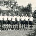 """3. Mannschaft 1962 (sogenannte """"Franz-Fritz-Mannschaft"""") Willi Müller (Torwart), Helmut Roll, Clemens Mues, Herbert Walser, Horst Eismann, Bruno Blank, Franz Bingeser, Ernst Götzfried, Gerhard Hodapp, Hubert Langer. Es fehlt Fritz Häuser."""
