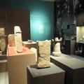 Ausstellungsraum, hinten rechts eine bearbeitete Collage aus Palmen