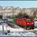 Railion 180 008 vor der Kulisse der Rathener Sandsteinfelsen.