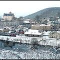 Der selbe Zug erreicht wenig später Scharfenstein mit der bekannten Burg im Hintergrund.