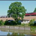 Am 02.07.2010 zog eine Lok der Baureihe 155 den VW-Zug am Kühlteich in Chemnitz-Hilbersdorf vorbei.