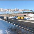 Die Schnellfahrlok 18 201 hat am 04.12.2010 einen Sonderzug nach Görlitz am Haken. Hier überquert der Zug die A4 bei Oberlichtenau.