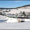 Fichtelbergbahn am 30.12.2010 hier bei Cranzahl. In den sonnig-kalten Wintertagen zwischen Weihnachten und Neujahr zog es viele Tagespendler nach Oberwiesenthal, sodass die langen Züge mit einem Doppelgespann unterwegs waren.
