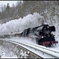 Und noch einmal geht es am 19.12.2010 von Chemnitz dieses Mal nach Annaberg zu Grossen Bergparade. Hier faucht 65 1049 bei Witzschdorf.