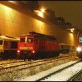 In den Abendstunden des 26.11.2010 überführte 232 252 drei Loks der BR 247 nach Chemnitz, am Gleis 15 steht Regionalbahn nach Wüstenbrand abfahrbereit.