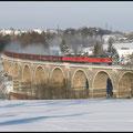 Durch wunderschöne Winterlandschaft am 16.12.2010 zog dieses Ludmilla-Doppel den Gips-Leerzug in Richtung Küchwald, hier im Bild festgehalten bei der Überquerung des Bahrabachtal-Viaduktes. Vsp 233 622 & Tfz 233 322.