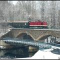Die Chemnitzer sind am 28.11.2010 mit Diesellok 112 565 unterwegs, hier überquert der Zug den Fluss Zschopau kurz vor der Stadt Zschopau.