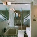 ミックスモザイクで仕上げた、ガラス張りの洗面所~浴室~寝室へのつながり