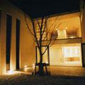 夜の中庭から建物を見る