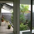 木塀で囲い込んだ緑の中庭空間
