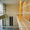 二階廊下より吹き抜け空間を見る