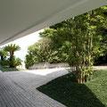 エントランス、建物側から緑を見る