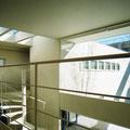 二階廊下から、らせん階段と吹き抜け空間を見る