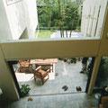 二階より中庭テラスを見下ろす