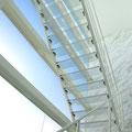 三層吹き抜け・浮遊感のあるポリカーボネートの階段