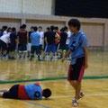 米津、倒れる