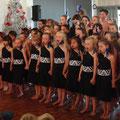 Schüler zeigen traditionelle Lieder und Tänze