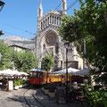 Hauptplatz mit Dom, Straßenbahn und Cafes